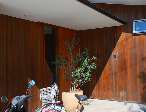 玄関の外壁板張り