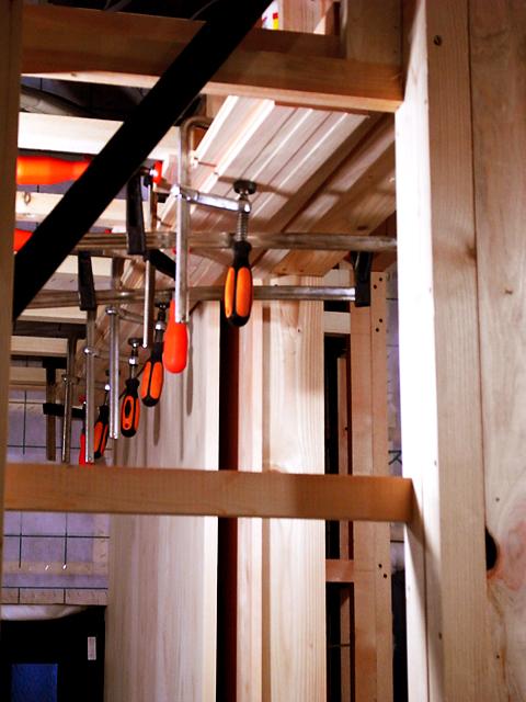 天井の鴨居と天井の板をくっつける