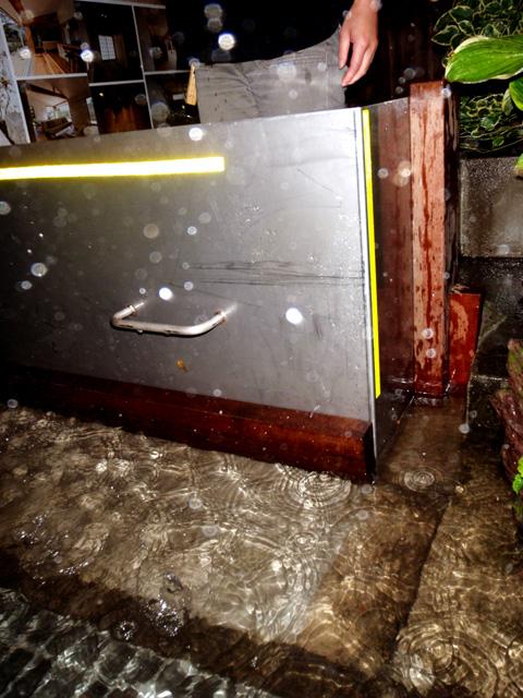 側溝氾濫3