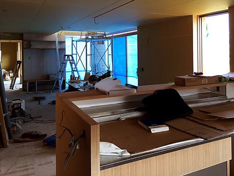 木工事完了時のキッチンから東側を見る