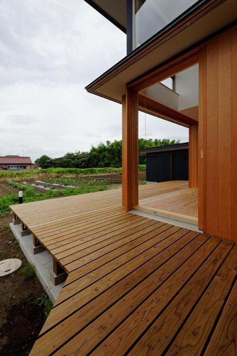 蓮田の家 東のデッキから畑を見る