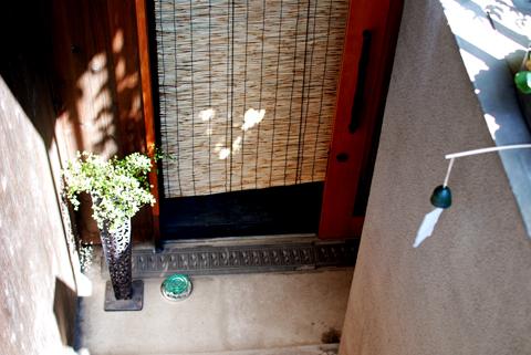 風鈴と蚊取り線香のある玄関の風景