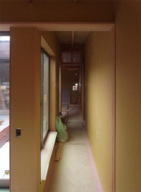 おゆみ野の家 バルコニー前の廊下の壁ボード張り