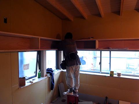 窓上にある本棚