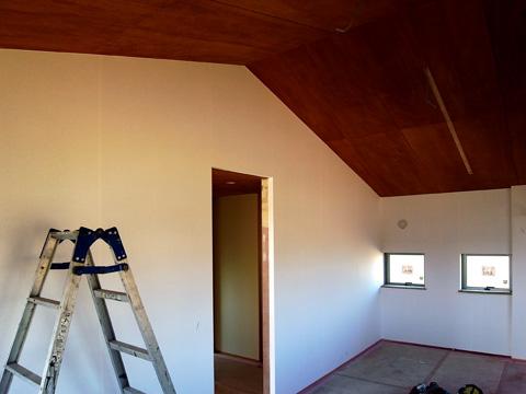 四街道の家 2階壁和紙と天井ベニア