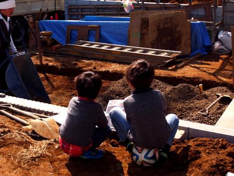 四街道の家 工事に釘づけの子供たち