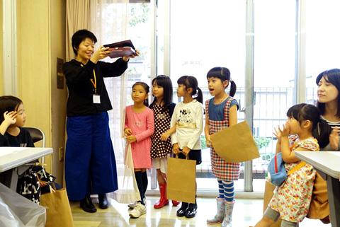 バラのおうちを発表する女の子たち