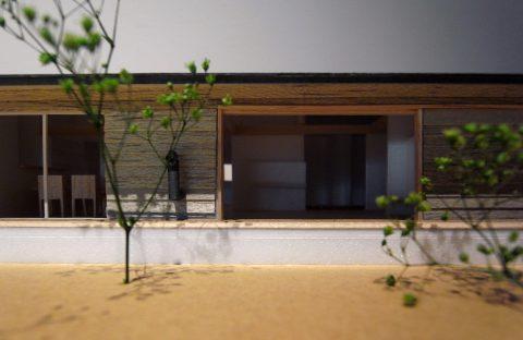 白子の家2回目模型木製全開サッシ正面