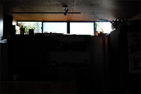 地下のアトリエのハイサイドライトから降り注ぐ冬の陽の光
