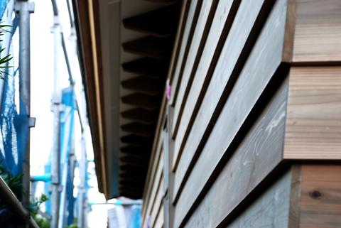 北側外壁板張りと化粧垂木