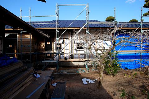 既存の納屋と白子の家の南側外観の途中