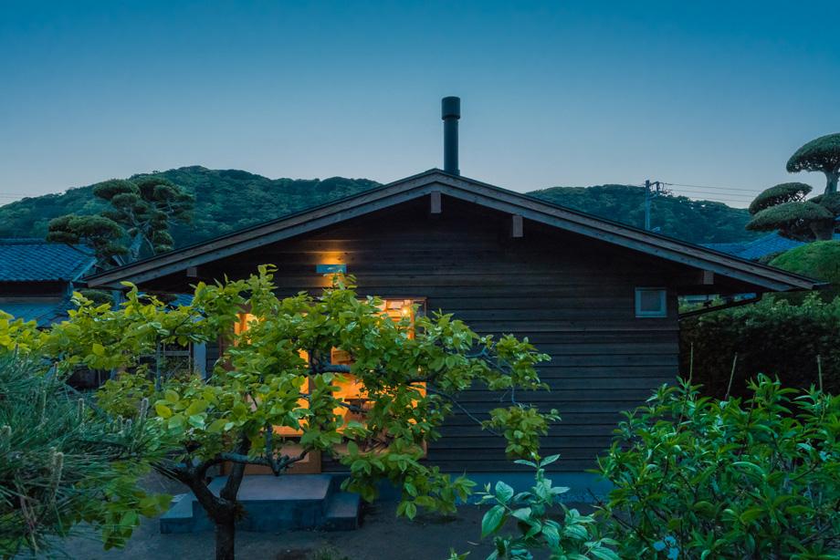 白子の家 裏山とシンクロする屋根の形 夕景
